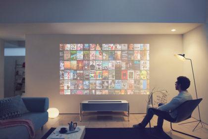壁が電子書籍の本棚に。SONYが「新4Kプロジェクター - It's all here -」を発表